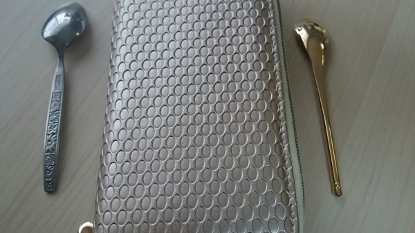 シャンパンゴールドが美しい財布です